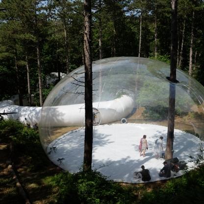 Zicht van buitenaf op doorzichtige bubble en ringvormige gang