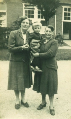 Anky met haar moeder en haar oma