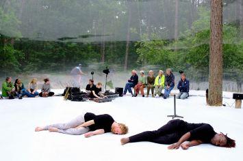 Danser en verteller (en buiten de Bubble een crossfiets