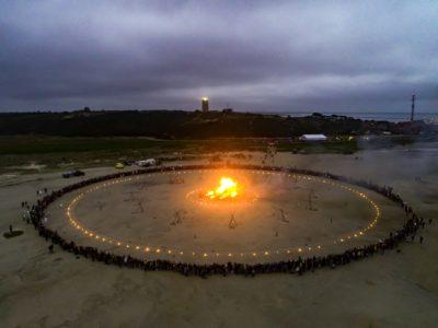 """Luchtfoto van de slotmanifestatie waarbij de installatie """"And Now"""" in vlammen opgaat"""