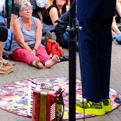 De rode accordeon en geelgroene schoenen van Marijke Boon